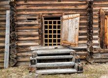Tür und Leiter des rustikalen Holzhauses Lizenzfreies Stockbild