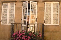 Tür und zwei Fenster mit weißen Vorhängen Stockbilder