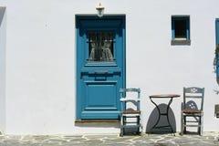 Tür und zwei Stühle Lizenzfreies Stockbild