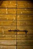 Tür von Brettern mit Vorhängeschlosshintergrund Stockbild
