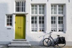 Tür, Windows und Fahrrad in Brügge Stockfotos