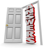 Tür zu den Antworten - offene Tür, zum von Fragen zu beantworten Lizenzfreies Stockbild