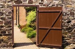 Tür zu einem Gartenyard lizenzfreie stockfotos
