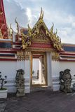 Tür zu Wat Pho in Bangkok Thailand Stockbilder