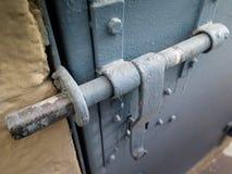 Tür zugeschlossen mit Eisenklinke stockbilder