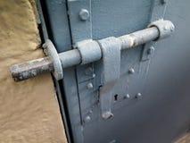 Tür zugeschlossen mit Eisenklinke lizenzfreies stockfoto