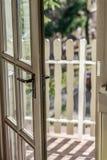 Tür zum Balkon stockfotos