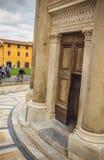 Tür zum lehnenden Glockenturm von Pisa stockbild
