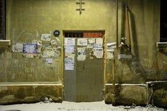 Tür zum Wohnblock in Baku, Aserbaidschan, im Schnee Stockbilder
