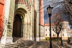Tür zur neuen roten evangelischen Kirche in Kezmarok, Slowakei Lizenzfreies Stockbild