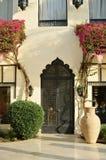 Türen auf dem Gebäude mit Blumen im Sommer Konzept für marokkanische und arabische Kultur und Entwurf lizenzfreie stockfotos