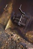 Türen des rostigen Brennofens Stockbild