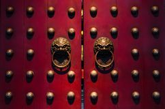 Türen des traditionellen Chinesen in den Rottönen Stockbilder