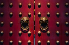 Türen des traditionellen Chinesen in den Rottönen stockbild