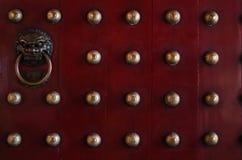 Türen des traditionellen Chinesen in den Rottönen lizenzfreie stockfotos