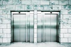 Türen eines Aufzugs Stockbilder