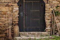 Türen mit Besen und Holz in der Backsteinmauerfestung Lizenzfreie Stockfotografie
