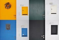 Türen und Briefkästen Stockfoto
