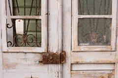 Türen und verrosteter Verschluss stockbilder