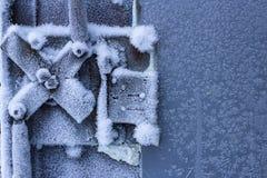 Türgriff und Schlüsselloch werden mit schweren Frösten des Frosts bedeckt Türfröste eisiger Griff und Verschluss bedeckt mit Schn stockbild
