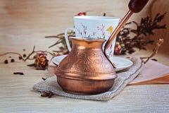 Türke für das Kochen des Kaffees Stockfotos