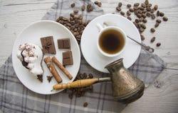 Türke, Schale und Scheibe Coffe von Tiramisu Lizenzfreie Stockfotos