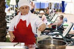 Türkin, die traditionelle Torten kocht lizenzfreies stockfoto