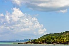 Türkis-blaues Wasser und Billowy Wolken lizenzfreie stockfotos