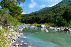Türkis-Gebirgsfluss Lizenzfreies Stockfoto