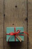 Türkis-Geschenkbox mit rotem Band-und Weinlese-Art-Weihnachten T Lizenzfreies Stockbild