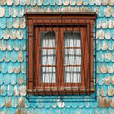 Türkis-Lärchen-Holz-Täfelung mit Fenster, Chile stockbilder