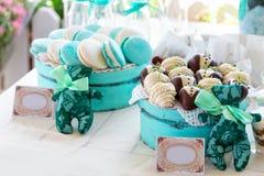 Türkis macarons Hochzeitstorten und Wüsten Stockfotos