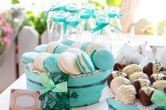 Türkis macarons Hochzeitstorten und Wüsten Lizenzfreies Stockfoto