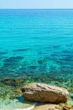 Türkis-Meerwasseroberfläche und -strand in Griechenland stockfotografie