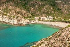Türkis Mittelmeer und Strand bei Marine de Giottani in Corsi lizenzfreie stockfotografie