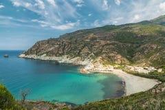 Türkis Mittelmeer und Strand bei Marine de Giottani in Corsi stockfotografie