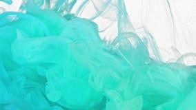 Türkis und blaue Tinte im Wasser stock footage