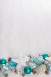 Türkis und blauer hölzerner schneebedeckter weißes Weihnachtshintergrund mit Lizenzfreie Stockfotos