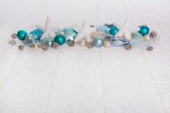 Türkis und blauer hölzerner schneebedeckter weißes Weihnachtshintergrund mit Lizenzfreie Stockfotografie