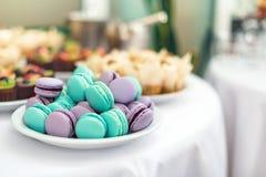 Türkis und violette macarons Hochzeitstorten auf dem Tisch Süße Nachtische Selektiver Fokus Stockbilder