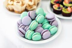Türkis und violette macarons Hochzeitstorten auf dem Tisch Süße Nachtische Selektiver Fokus Stockfoto