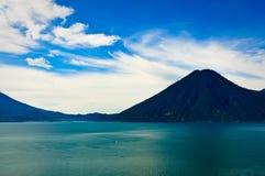 Türkis-Wasser von See Atitlan, Guatemala stockbild