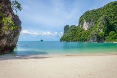 Türkisbucht auf thailändischer Insel stockfotografie