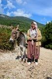 Türkische alte Frau im Nationalkostüm Stockfotos