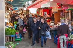 Türkische Basarstraßenansicht mit Verkäufern und Menge von Käufern Lizenzfreies Stockfoto