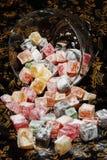 Türkische Bonbons mit Puderzucker lokum stockbild
