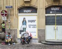 Türkische Familie steht am Eingang eines alten Hauses in Freiburg still Stockfoto