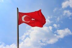 Türkische Flagge auf blauem Himmel mit weichem Wolkenhintergrund Flagge von der Türkei gegen Himmel am sonnigen Tag des Sommers Stockbild