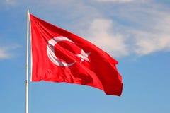 Türkische Flagge auf dem Fahnenmast Lizenzfreies Stockfoto