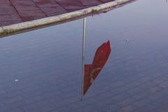 Türkische Flaggenbeleuchtung auf Wasser Stockbild